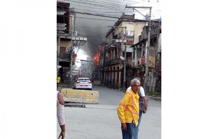 Bomberos controlan incendio en Colón