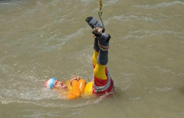La magia falla: desaparece ilusionista indio que saltó encadenado al río Ganges