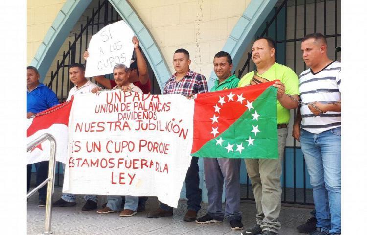 Taxistas reclaman equidad en la entrega de cupos