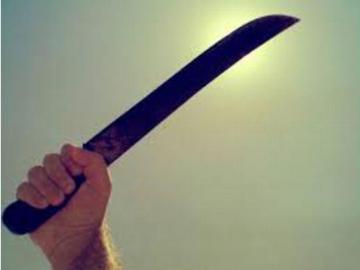 Amenazó con machete a su padre y hermano