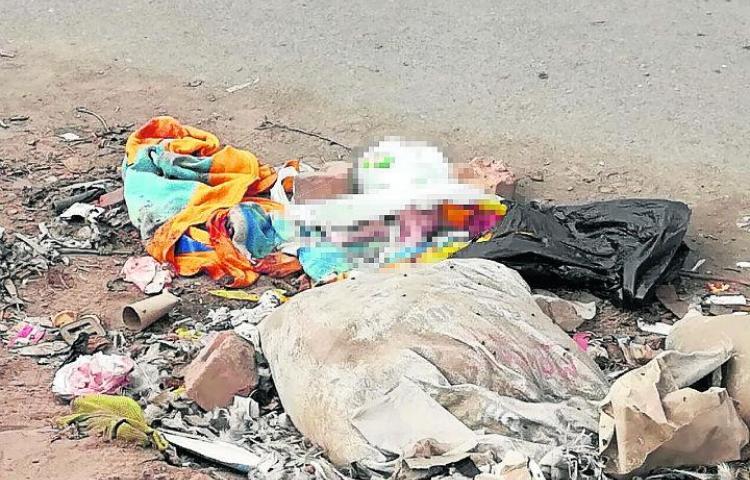 En medio de la basura, muere bebé abandonado por su mamá
