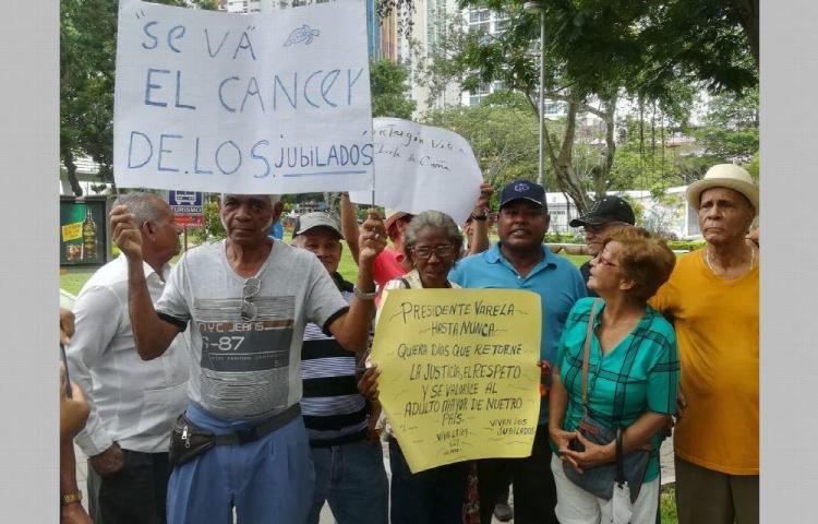 Jubilados despiden a Varela y le gritan 'Tortugón vete ya'