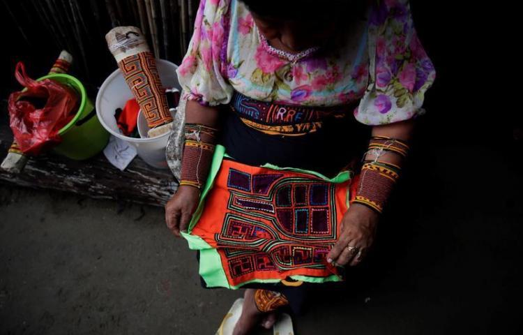 Indígenas panameños esperan respuesta de Nike sobre zapatillas con su mola