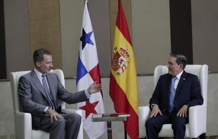 Felipe VI traslada su apoyo a Cortizo, orgulloso de sus raíces españolas