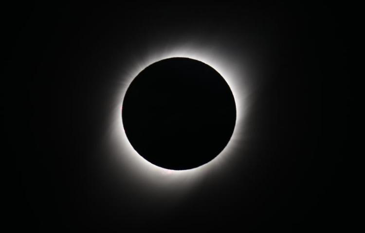 El eclipse solar ensombrece y fascina a Argentina