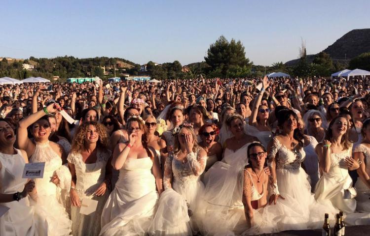 Localidad española bate el Guinness de mujeres vestidas de novia