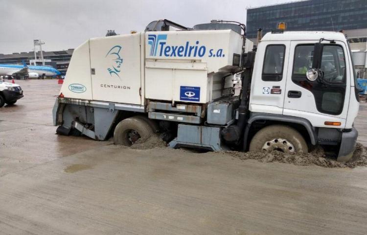 Un camión se enterró en cemento fresco