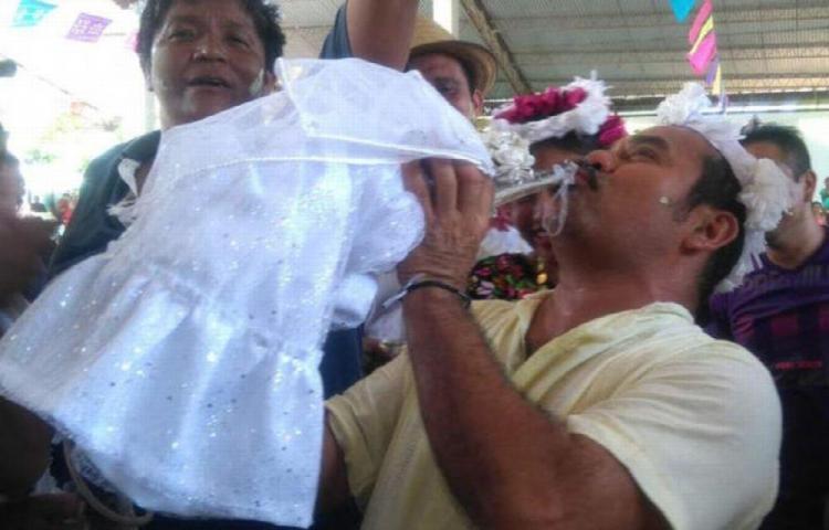 Virgilio , alcalde de México, se casó con un caimán