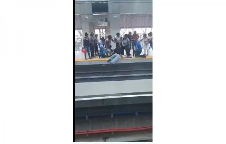Adulto mayor es rescatado de los rieles del Metro