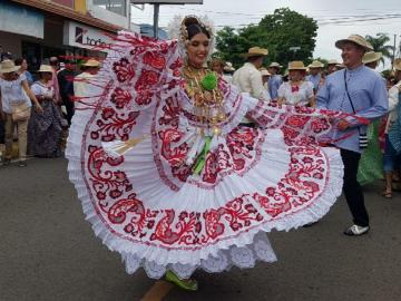 María Gabriela Cano desfila en su pueblo como reina de la pollera