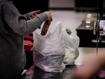 Tienda de Canadá insta a reciclar con bolsas con textos embarazosos