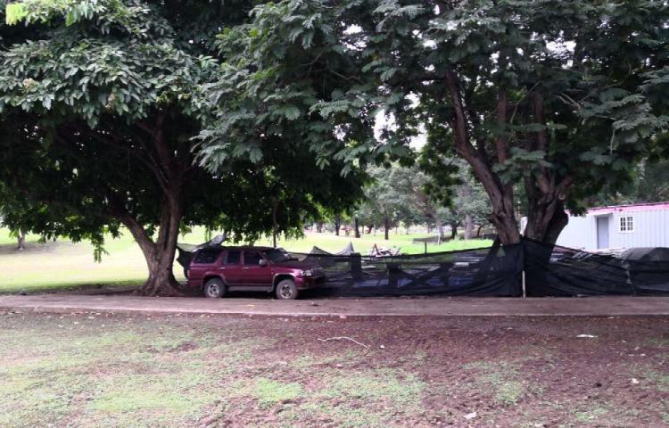 Denuncian auto abandonado dentro de las instalaciones del parque Omar