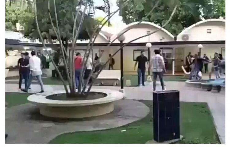 Panameños y extranjeros se dieron puños y patadas en la UP