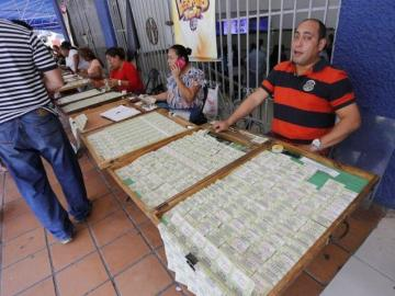Ley para pagar más a vendedores de lotería