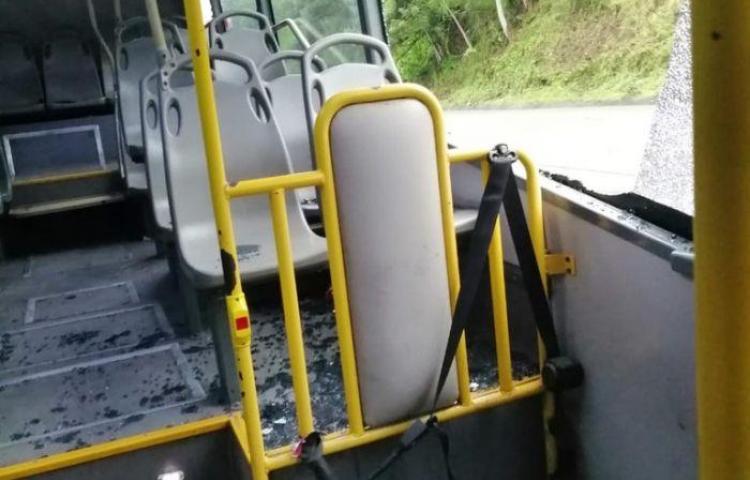 Tiran piedras a vehículos en la Panamá-Colón