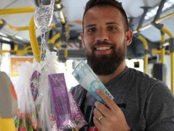 Vendedor de Río busca a señora que le pagó por error 25 dólares por caramelos