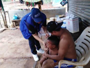 A vacunarse, pelen el ojo con el virus