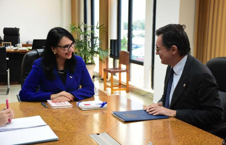 MIDES y embajador de Francia acuerdan llevar programas