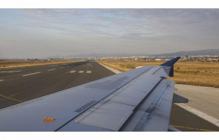 Un hombre trepó al ala de un avión que estaba a punto de despegar