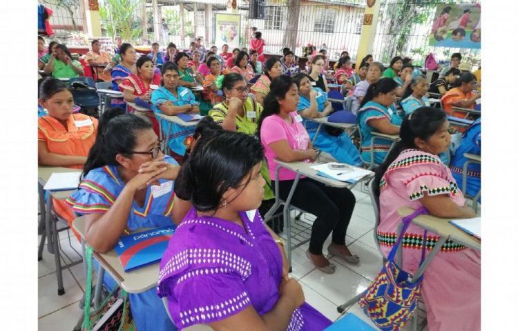 Mujeres ngäbes en encuentro de liderazgo