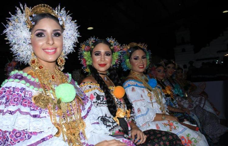 Mujeres se engalanan en Las Tablas para el Festival Nacional de la Pollera