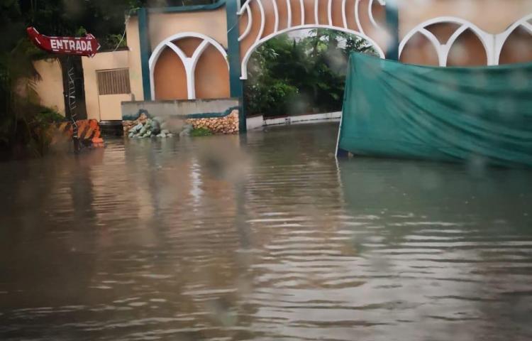 Torrencial lluvia causa caos en la ciudad