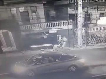 Golpean y asaltan a mujer en parada de bus