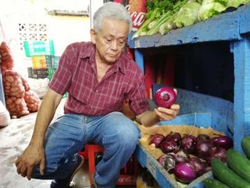 Verduleros de Chitré amenazan con dejar la venta de la cebolla