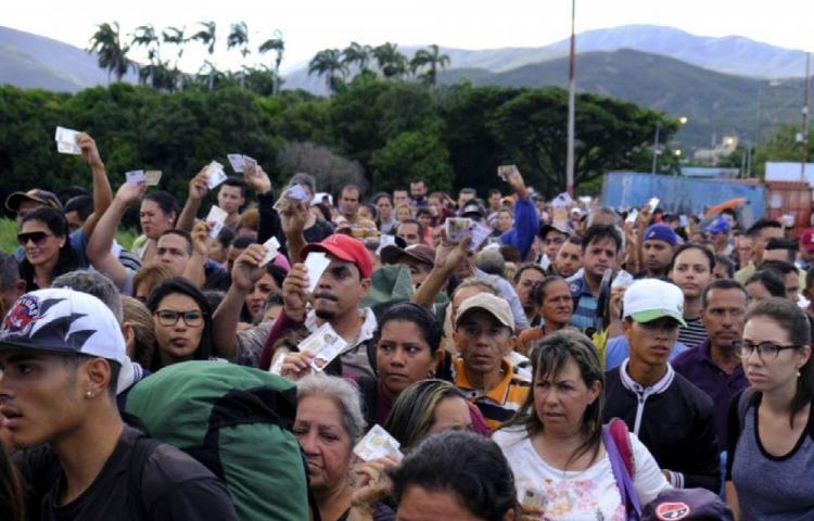 Chile afirma que no aceptará presiones de Perú por migrantes