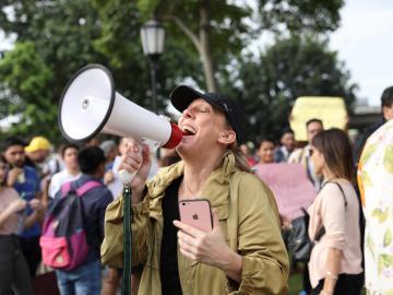 Ciudadanos realizan protesta pacífica a las afueras de la Asamblea