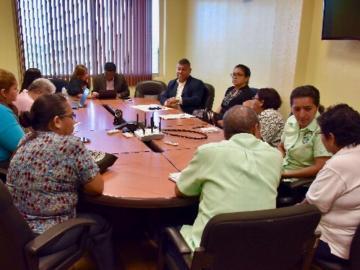 Autoridades se reúnen con afectadas por dietilenglicol
