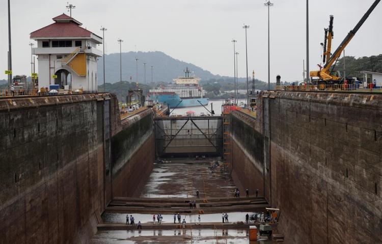 Canal de Panamá vacía centenaria esclusa para un mantenimiento rutinario
