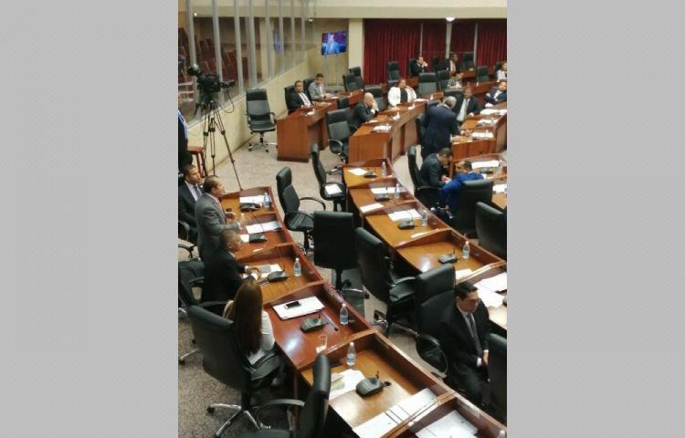 Diputados cierran fila y denuncian complot para cerrar la AN