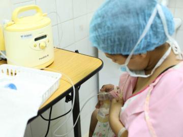 Prematuros requieren de la leche materna