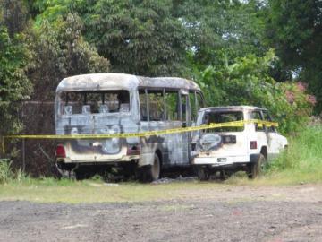 Queman dos carros oficiales en Azuero, investigan el delito