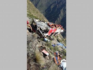 Viaje sangriento, 21 muertos al caer autobús por un barranco