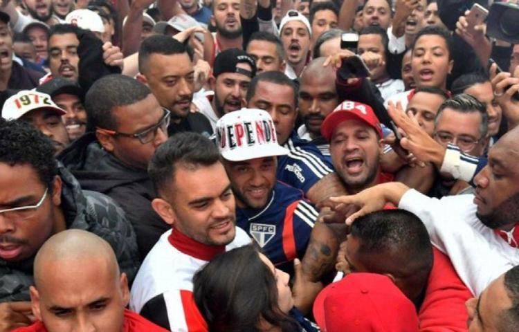 Fanáticos reciben al jugador Dani Alves con fiesta