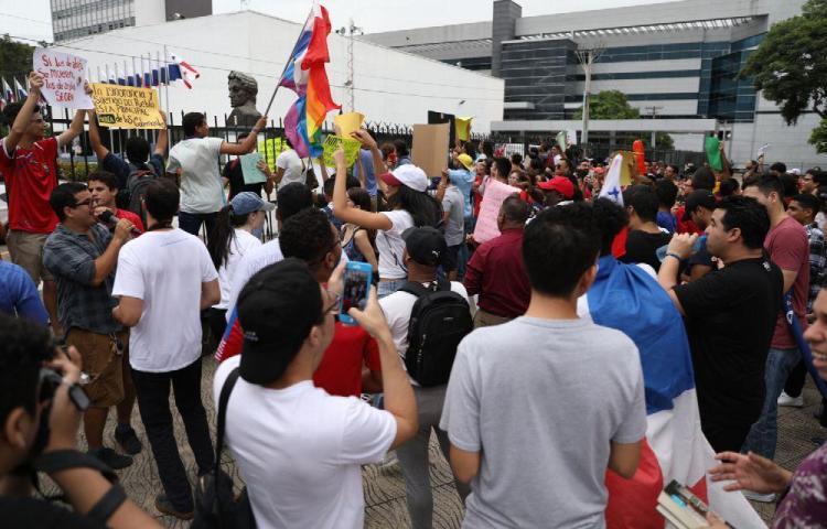 Protestan bajo la lluvia en la Asamblea Nacional