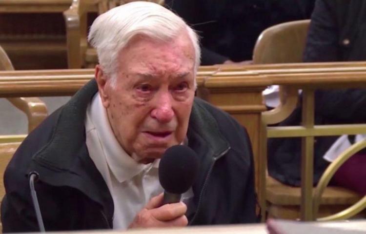 Juez perdona infracción a hombre de 96 años que llevaba a su hijo de 63 al doctor
