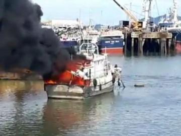 Embarcación de pesca fue presa de las llamas en el puerto de Vacamonte