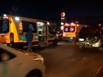 Taxista choca ambulancia en la que llevaban a paciente y paramédicos resultan heridos