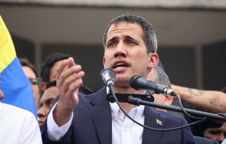 Guaidó llama a la Fuerza Armada a presionar a Maduro