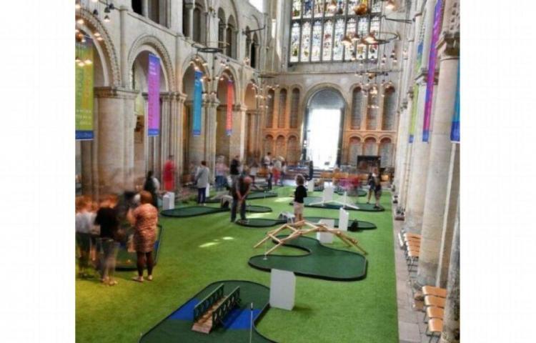 Hacen golfito en una catedral británica