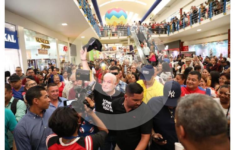 Martinelli prueba su popularidad en los Malls, tras ser declarado no culpable