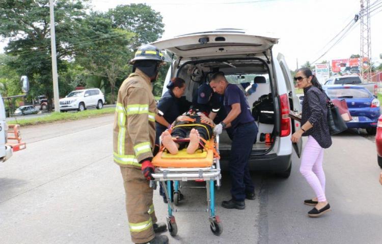 Colisión múltiple deja una persona herida y daños