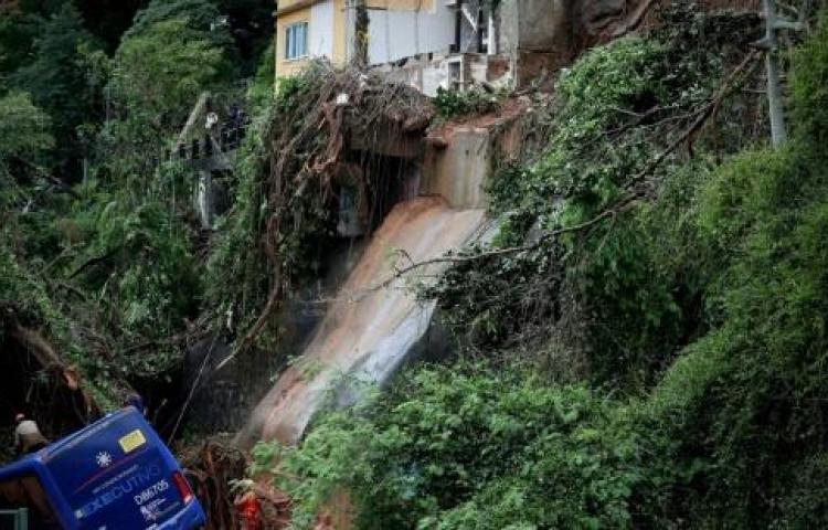 Rescatan con vida a madre e hijo tras derrumbarse su casa en Río de Janeiro