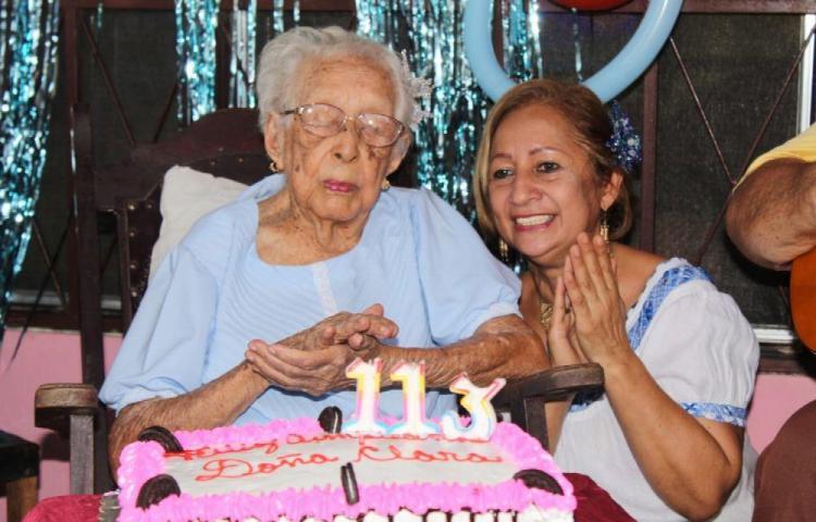 Doña Clara con 113 años no se fuman en pipa