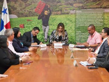 Trabajadores de corredores firman convenio colectivo de trabajo por vía directa