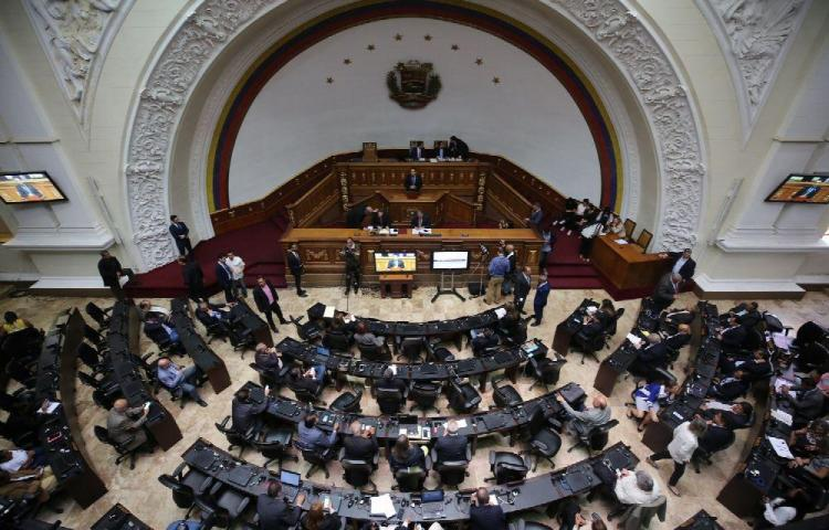 Juan Guaidó se atrinchera en el parlamento