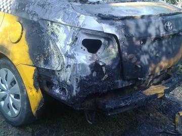 Transportistas incendian taxi en forma de protesta